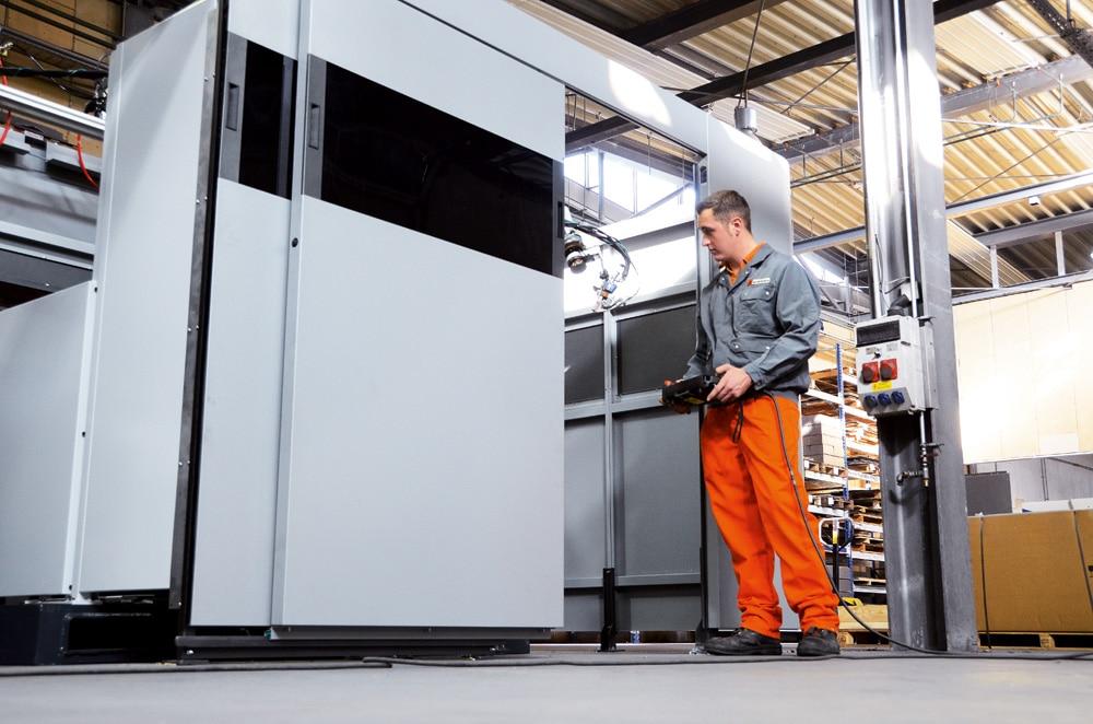Maschinenverkleidungs-System - Mitarbeiter der Firma Schinko bei der Fertigung einer Maschinenverkleidung.