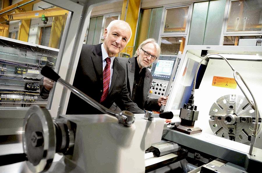 25-jährige Zusammenarbeit mit Weiler - Im Bild DI Johann Höller, Technischer Geschäftsführer der Weiler Werkzeugmaschinen GmbH und Michael Schinko (rechts im Bild), Gründer und Eigentümer von Schinko GmbH.