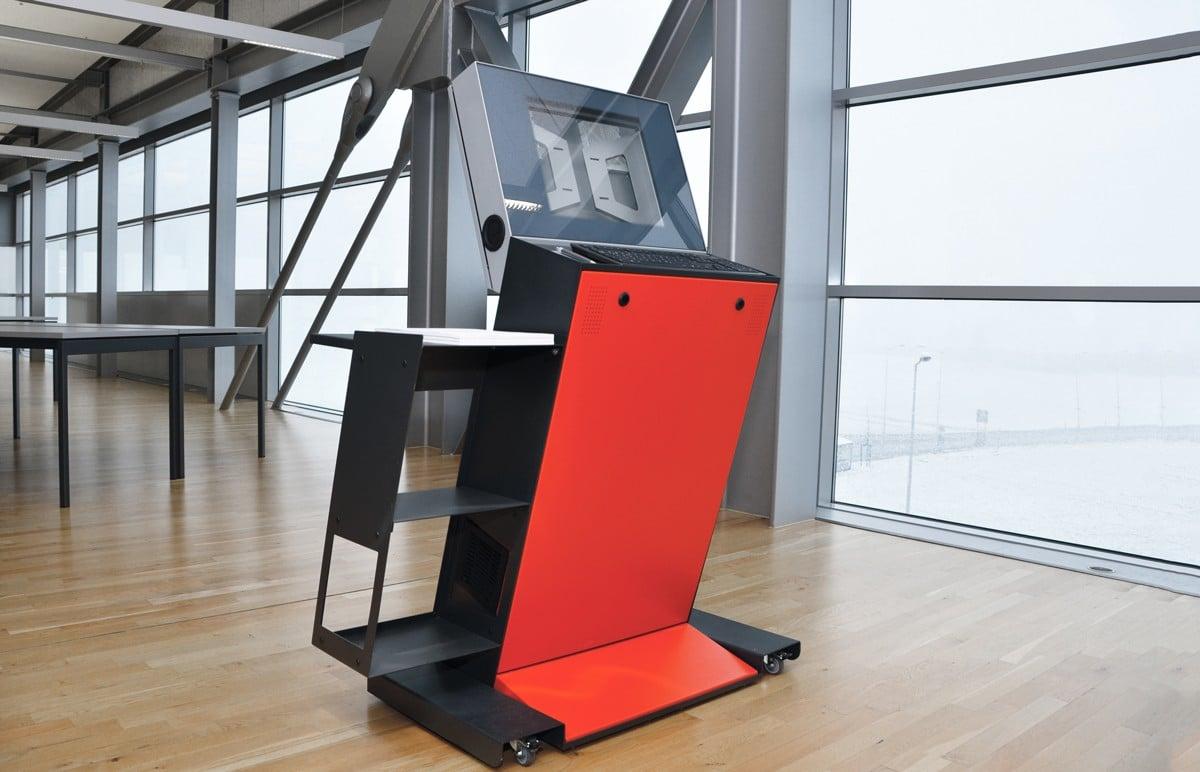 Steuerpult Logistikzentrum - Steuerpult Logistikzentrum mit integriertem Drucker, Scanner und Bildschirm.