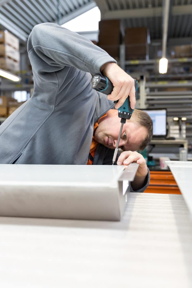 Schinko Montagekompetenz - Mitarbeiter der Firma Schinko bei der Montage in der Montagehalle.