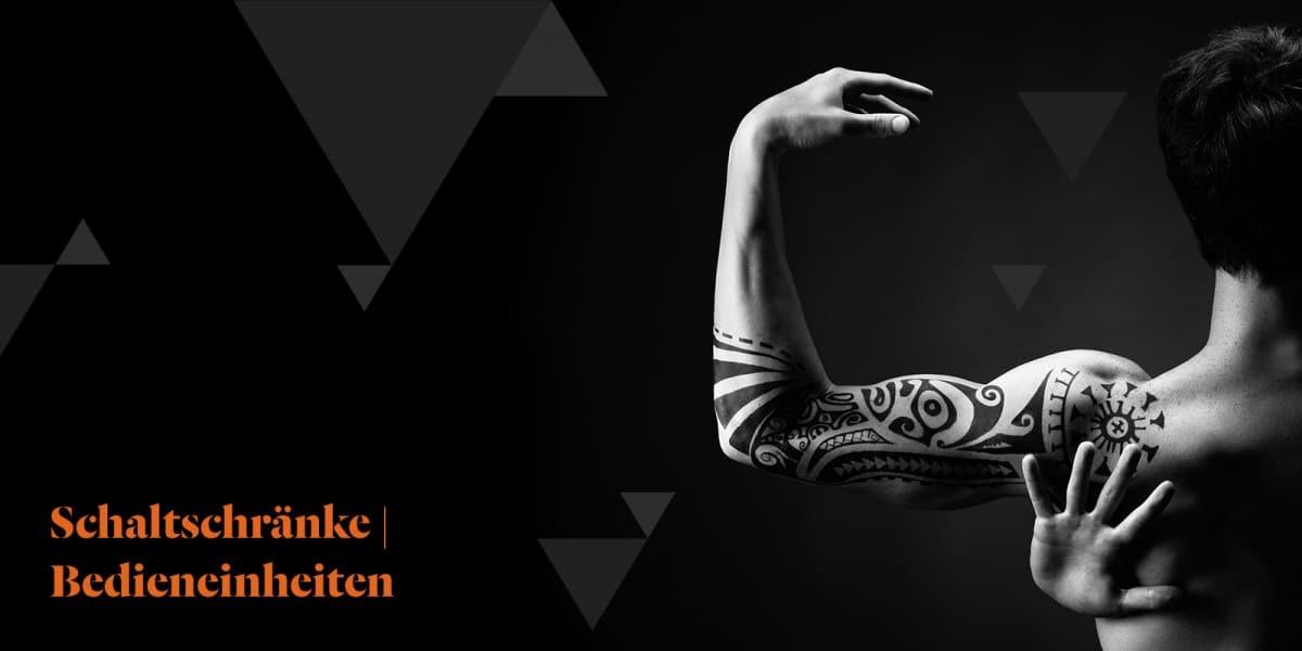 Imagebild Schaltschränke   Bedieneinheiten - Rückenansicht eines Mannes mit Tattoos am Arm.