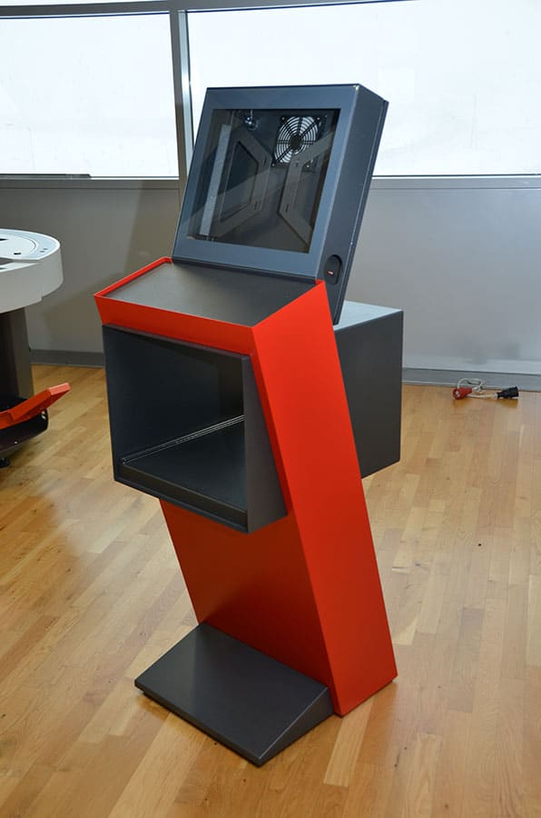 Steuerpult Logistikzentrum - Steuerpult für Logistikzentrum  mit integriertem Drucker, Scanner und Bildschirm für einen europaweit führenden Expressdienstleister.
