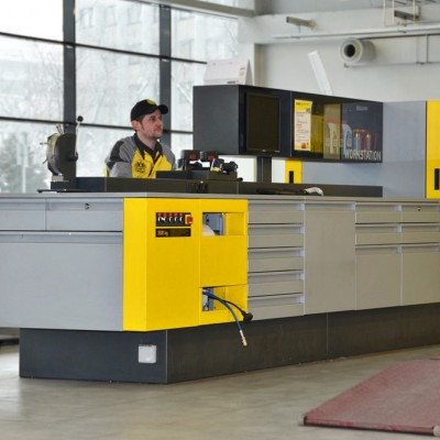 Die neuen ÖAMTC-Workstations - Kompakt vereint: Von der Stanzmaschine für die Plaketten bis zum EDV-Arbeitsplatz