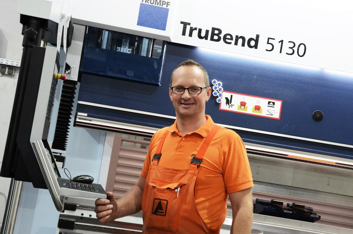 Schinko TruBend 5130 - Ein Schinko Mitarbeiter an der neuen Biegemaschien TruBend 5130.
