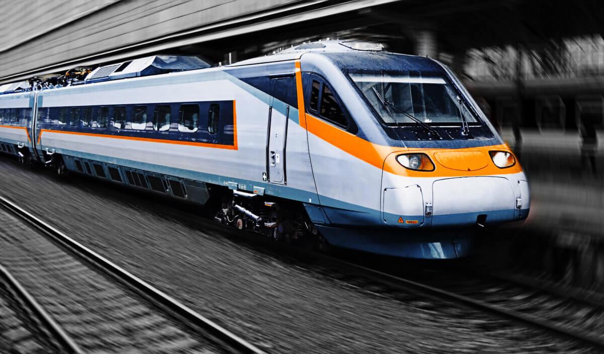 Zug am Bahnhof -