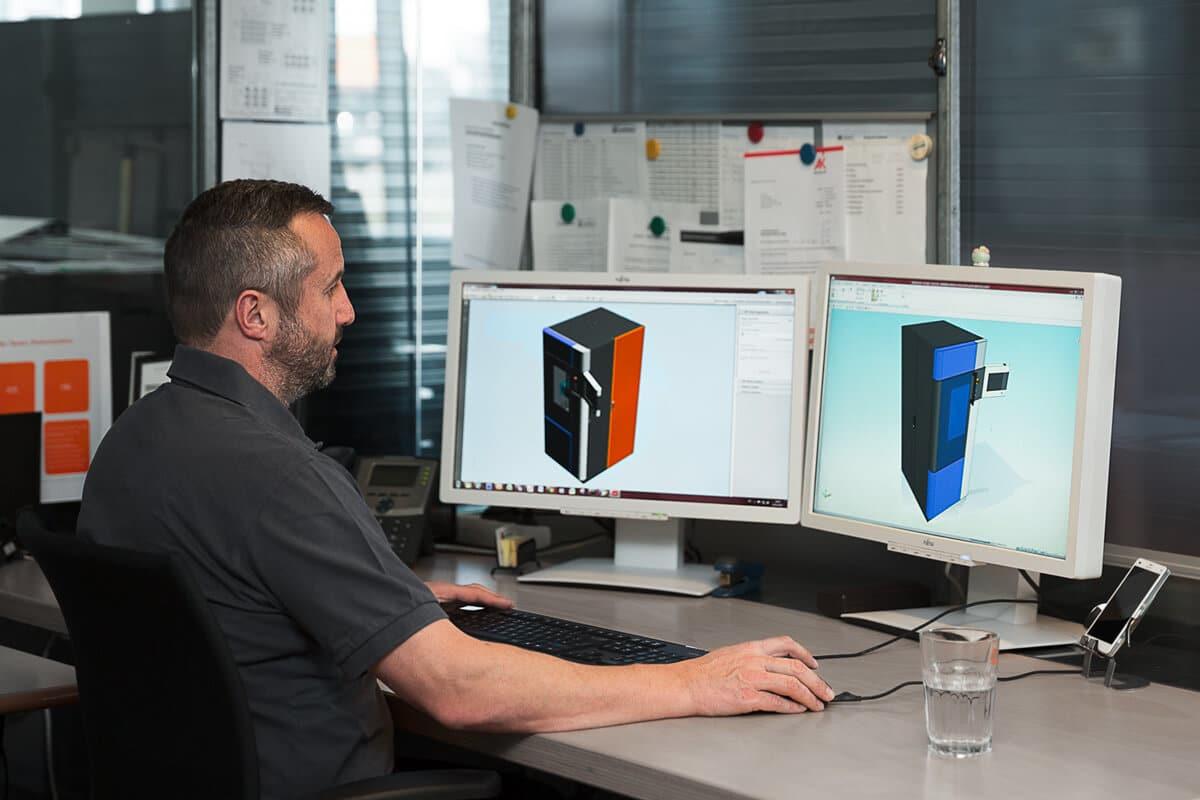 Hr. Gruber arbeitet mit CAD-Daten - Zentrale Verwaltung von CAD-Daten bei Schinko. Letztgültig und transparent einsehbar.