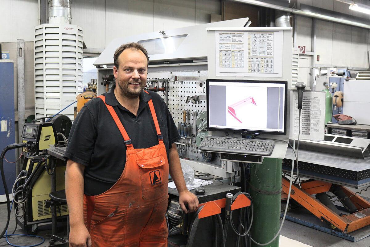 Wolfgang Bruckmayr am CAD Terminal - Wolfgang Bruckmayr am CAD Terminal in der Fertigungshalle