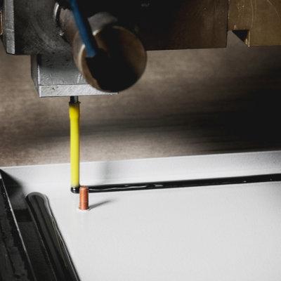 Schaumdichtung auf Polyurethan-Basis - Schinko Maschine trägt die Schaumdichtung auf
