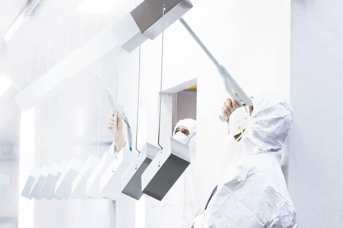 Pulverbeschichten statt nasslackieren - Die beim Pulverbeschichten verwendeten Farben sollen zu 100 % farbecht, kratzfest sowie beständig gegenüber Kühl- und Reinigungsmittel und Korrosion sein.