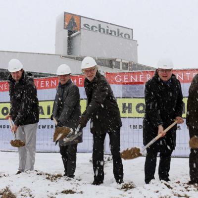 Personen von links nach rechts - Rudolf Hainzl (Holzhaider Bau GmbH), Christian Denkmaier (Bürgermeister Neumarkt i. M.), Michael Schinko (Firmengründer Schinko GmbH), Gerhard Lengauer (Geschäftsführender Gesellschafter Schinko GmH), Wolfgang Holzhaider (Holzhaider Bau GmbH)