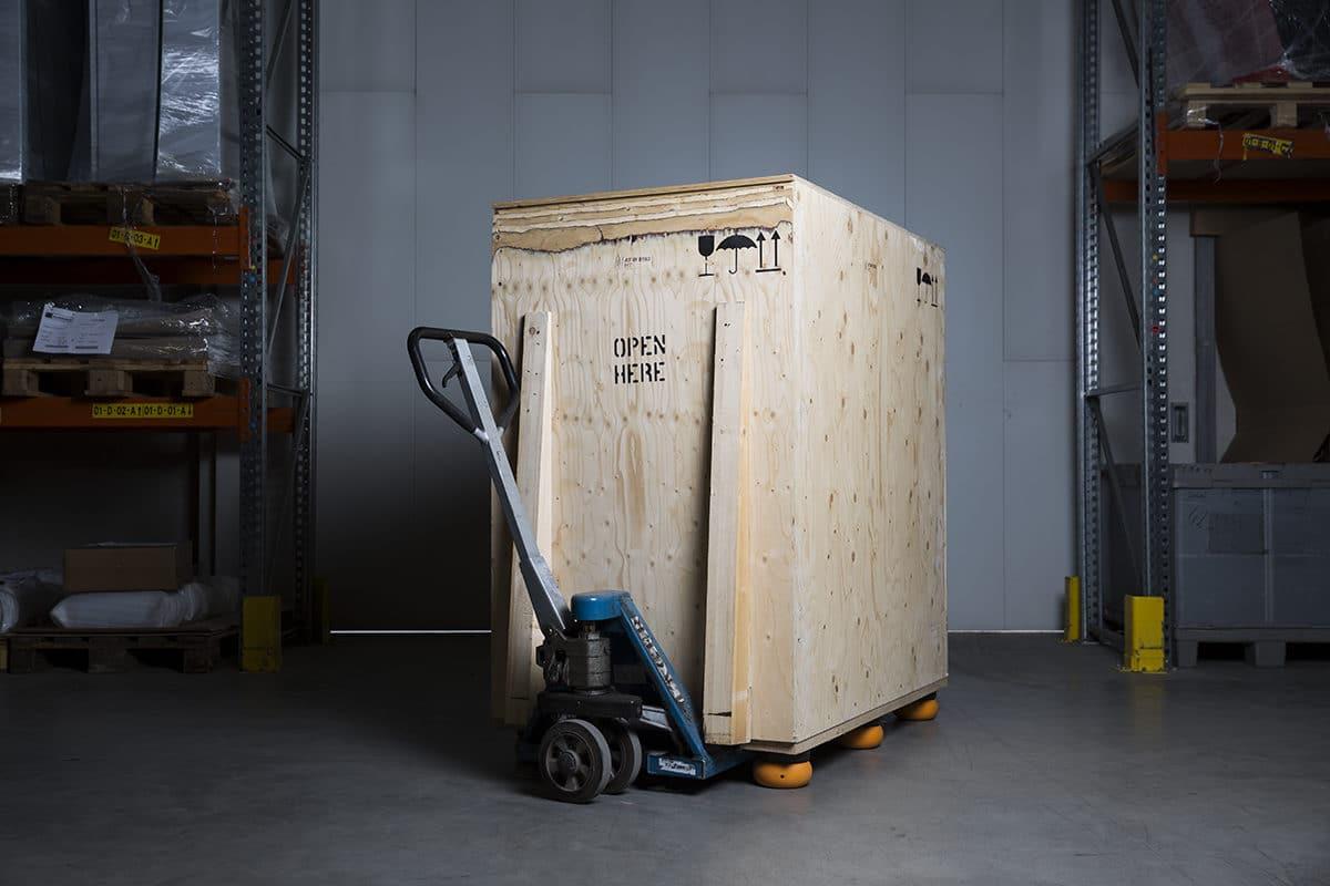 - Schinko Logistik: Hubwagen mit Holzkiste für Gehäuse