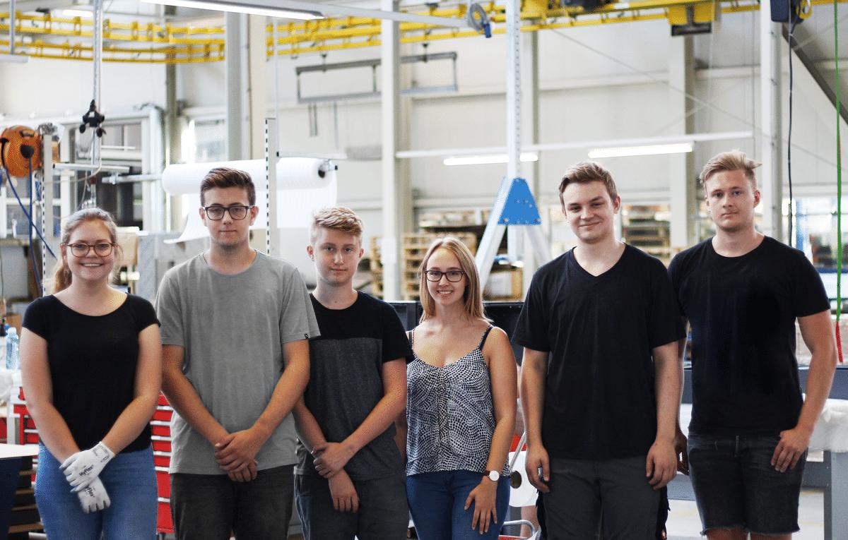 Sechs Ferialarbeitskräfte bei Schinko in der Montage Halle - Sinnvolle Ferialtätigkeit