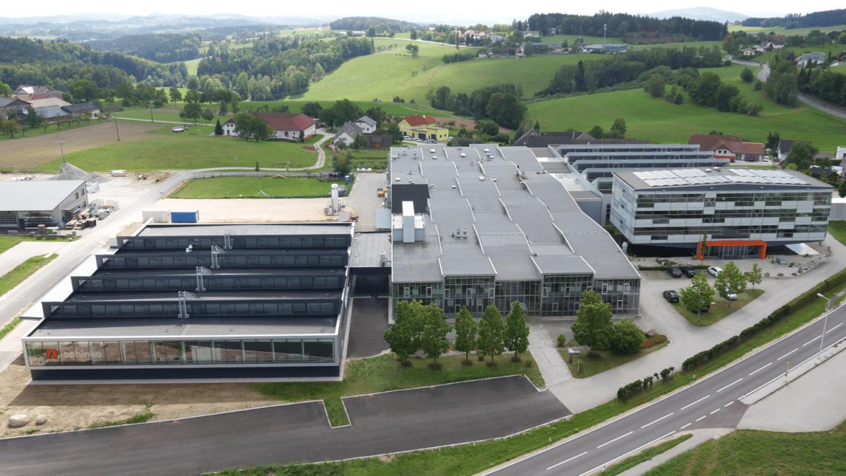 - Aerial Shot von Schinko Betriebsgelände mit neuer Werkshalle