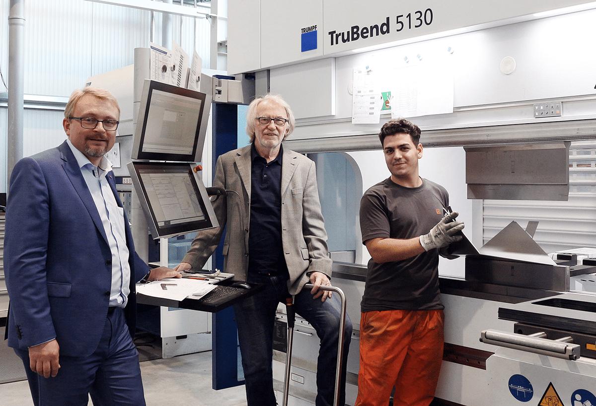 - Geschäftsführer Gerhard Lengauer (l.), Firmengründer Michael Schinko (m.) und Lehrling Ali Al Nuaimi (r.) vor TruBend