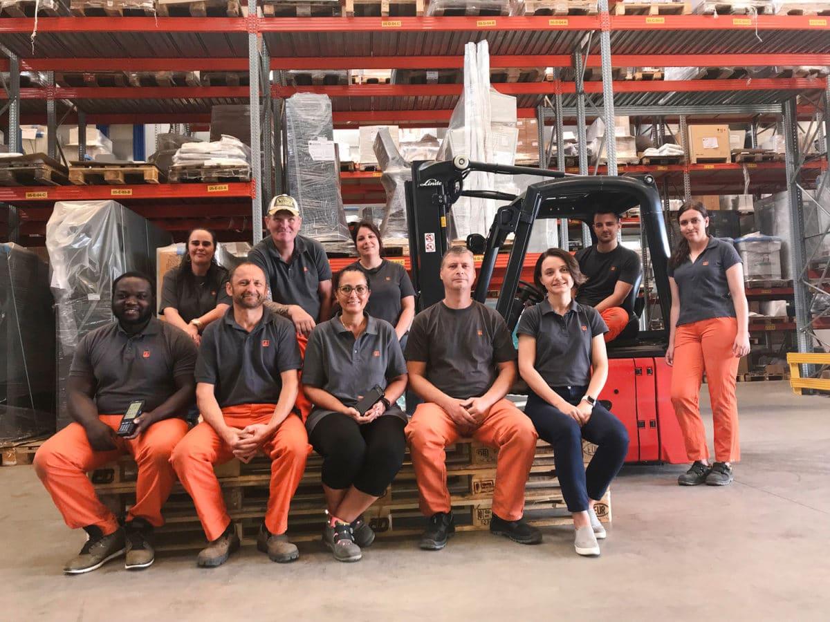 - Das Logistik-Team sorgt dafür, dass entlang der Liefer- und Wertschöpfungskette des Unternehmens alle Abläufe wunschgemäß ineinandergreifen