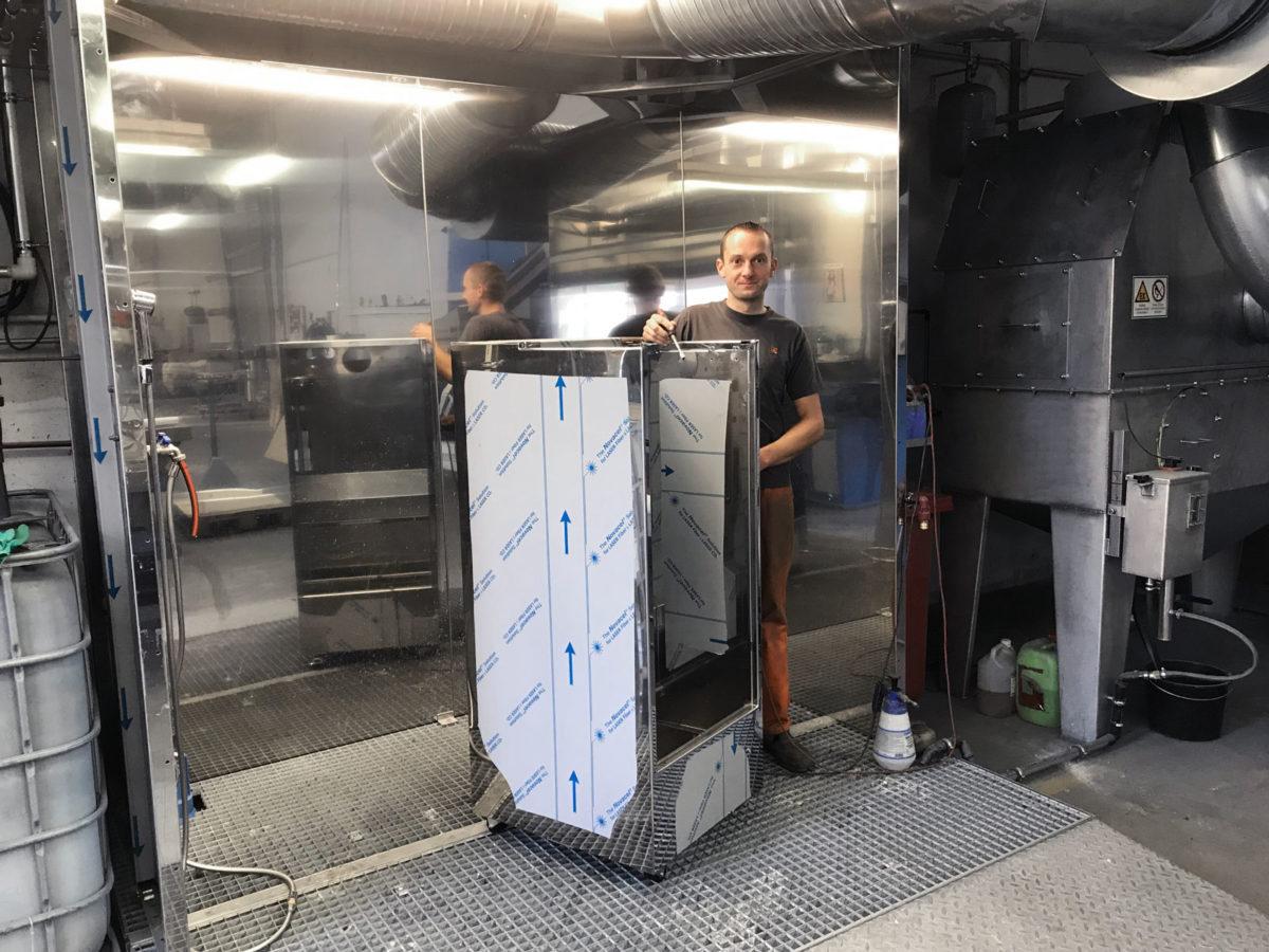 - Schinko-Mitarbeiter Thomas Pfeifer mit Waschzelle