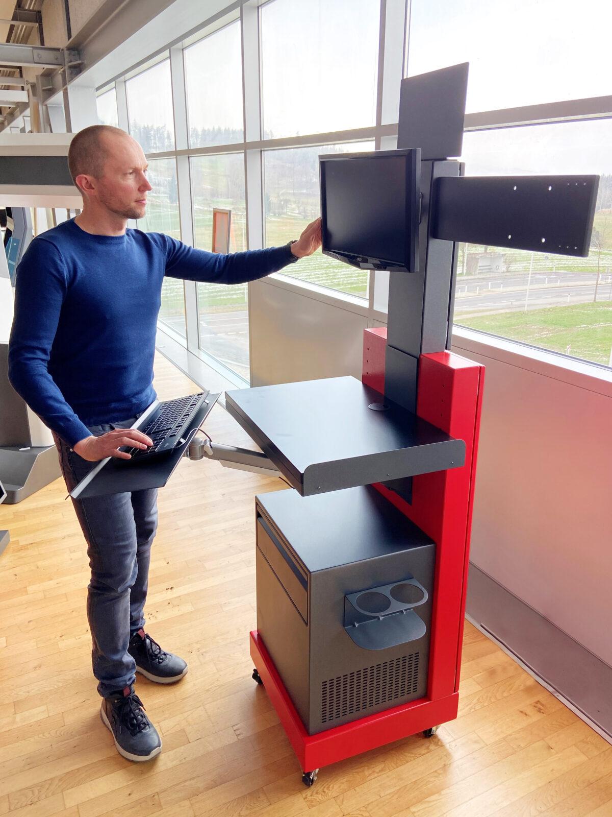 Schinko liefert anpassbare Arbeitsstände für Paketdienstleister - Michael Schröcker (Leitung Verkauf und Konstruktion bei Schinko) mit Arbeitsstand für Paketdienstleister